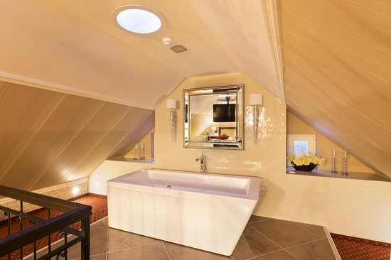 Hotel Dvorana: Romantic attic room