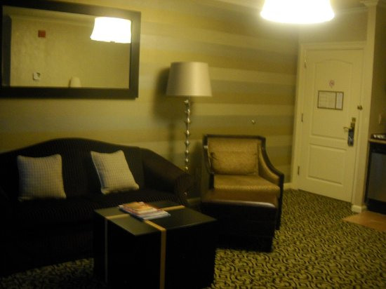 The Inn At Fox Hollow Hotel : living room in suite