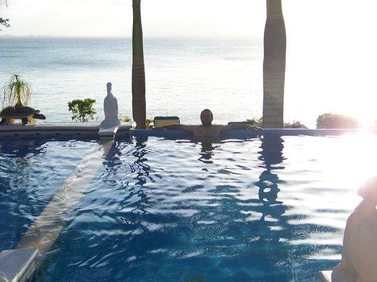 Hotel La Joya: Pileta del hotel con vista al mar