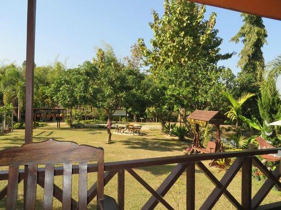 Ban Rai Tin Thai Ngarm Eco Lodge: garden at Ban Rai