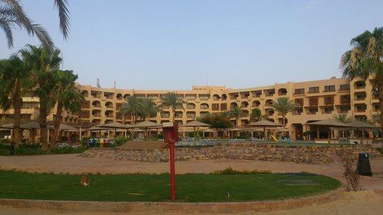 Mövenpick Resort Hurghada: Вид с пляжа