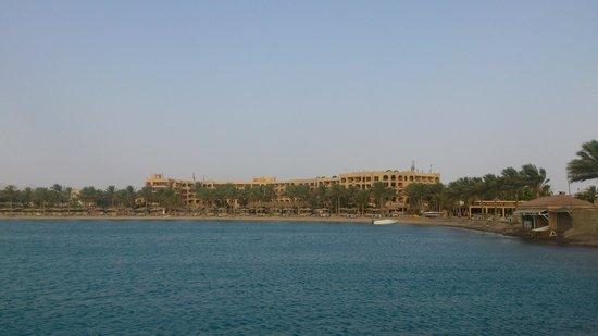 Continental Hotel Hurghada : Вид на отель с островка