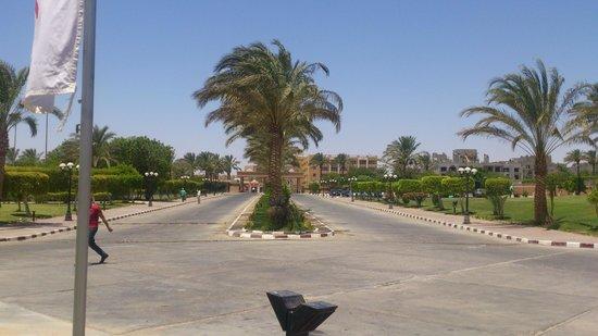 Mövenpick Resort Hurghada: Площадь-въезд в отель