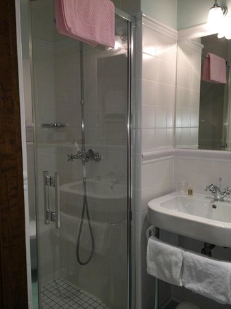 Hotel des Prelats: Salle de douche, très propre