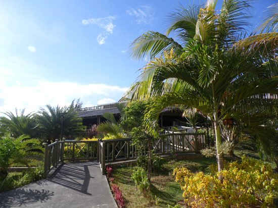 Jalsa Beach Hotel & Spa - Mauritius: Way to the restuarant
