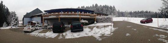 Sporthotel Sonnenhof: Parking lot at hotel