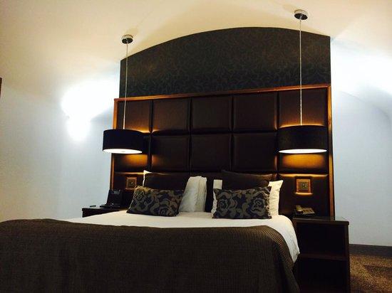 Roomzzz Newcastle City: Chic bedroom