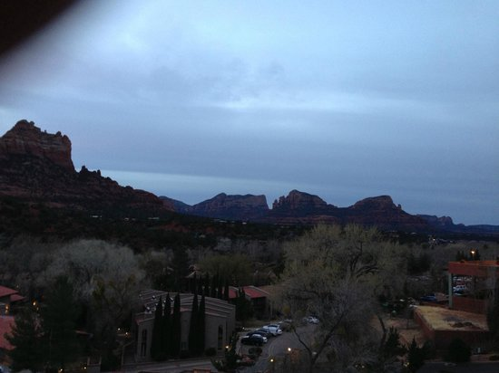 BEST WESTERN PLUS Arroyo Roble Hotel & Creekside Villas : View from hotel stairwell at sunrise