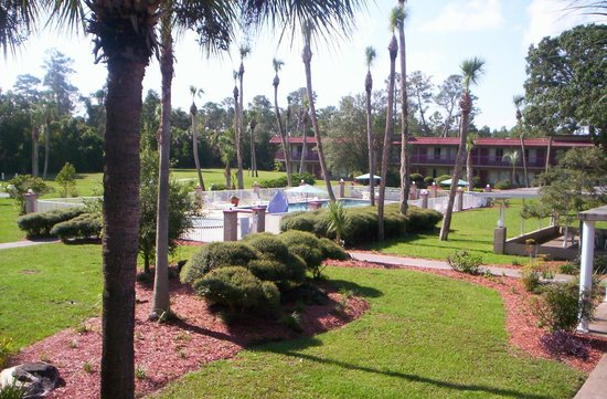 Motel 6 Spring Hill Weeki Wachee: Beautiful courtyard
