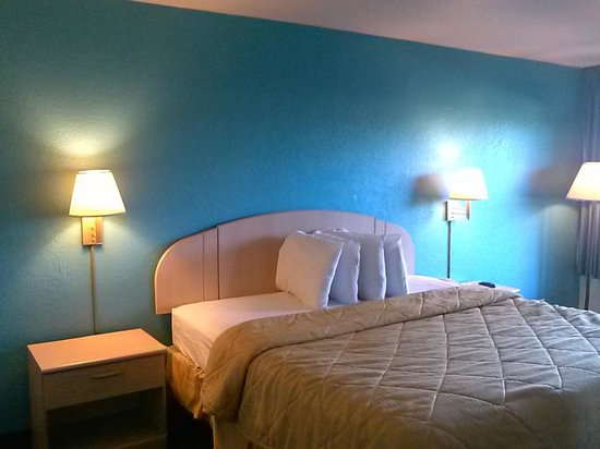 Motel 6 Spring Hill Weeki Wachee: Newly painted guest room. Renovations in near future.