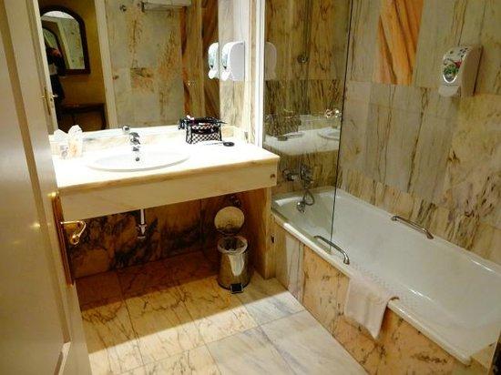 Salles Hotel Malaga Centro: Suíte com banheira