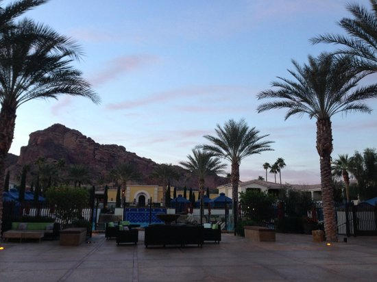 Omni Scottsdale Resort & Spa at Montelucia: Resort grounds at dawn