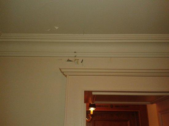 Le Palace de Menthon : Voici ce qui pouvait être constaté dès la porte d'entrée de la chambre 415 oui...