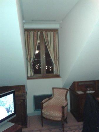 Le Palace de Menthon: Chambre vue sur lac vendue comme très...cosy! Merci de revoir votre publicité mensongère!