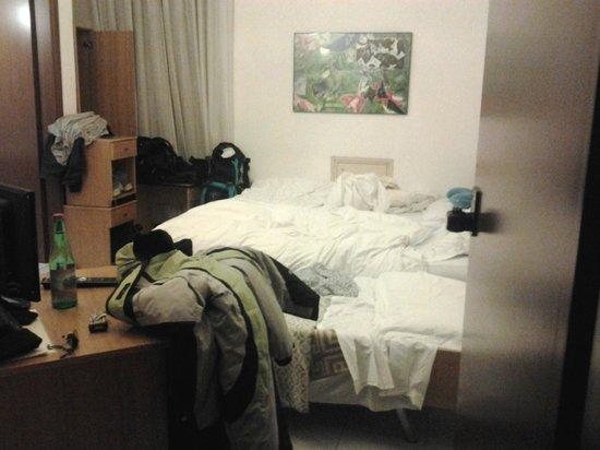 Albergo Ristorante Valtellina : un buco di camera con 3 letti...