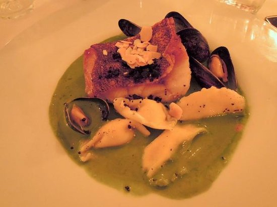 Mona: locus fish and mussels in spinach sauce