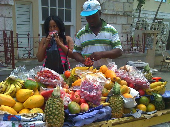 Hotel Gloriana & Spa : Fruit vendor near the Gloriana