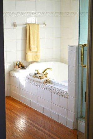 The Inn at Saratoga : Bathroom Suite