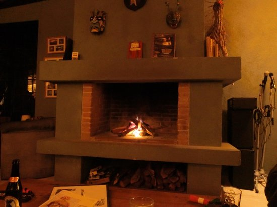 Earth Lodge: Sitting by the relaxing fire!