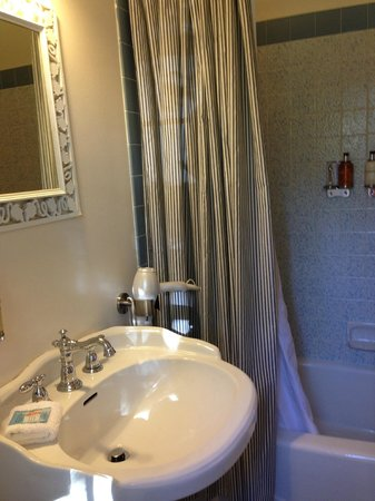 Sunflower Hill, A Luxury Inn: Small bathroom in The Arbor