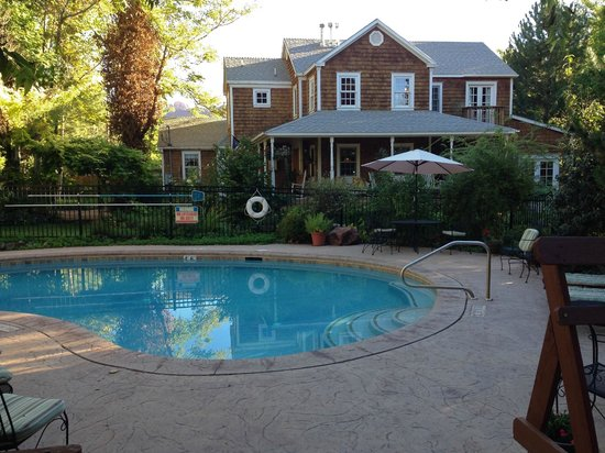 Sunflower Hill, A Luxury Inn: Outdoor pool and hot tub on the grounds