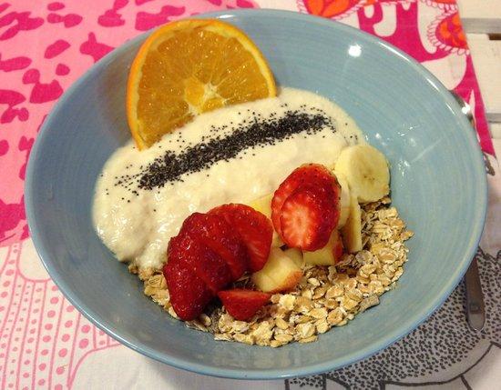 Rayen Vegano : Soy yogurt with muesli, fruits, chia and agave syrup - delicious!