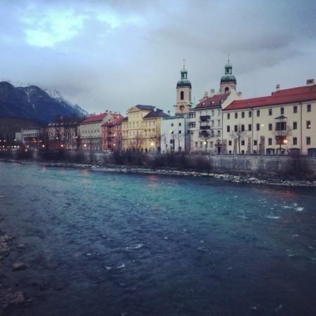 Altstadt von Innsbruck: дома вдоль реки Инн