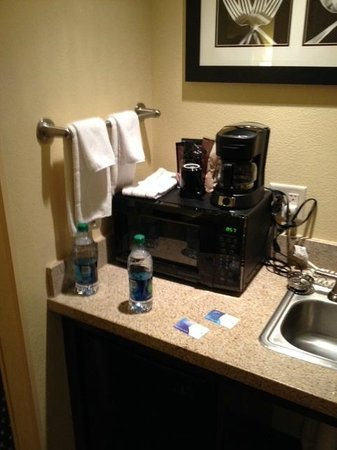 SpringHill Suites Portland Vancouver: microwave - coffee pot - mini fridge and sink area