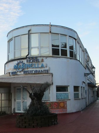 Marinella : Giornali alle vetrate di sotto, tutto in stato di abbandono, muri scrostati...