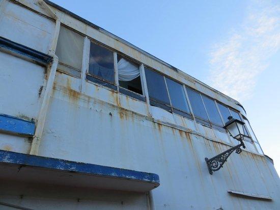 Marinella : Vetro rotto al primo piano opera di vandali....