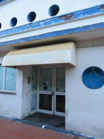 Marinella : quella che era la porta di entrata del locale con carte di giornale ai vetri....