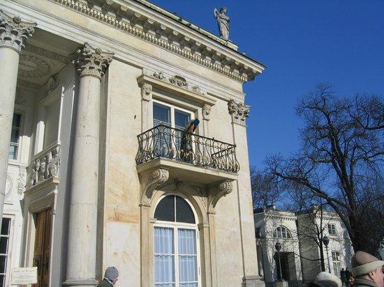 Łazienki-Park (Park der Bäder): Pavo real en balcón dle Palacio del Agua