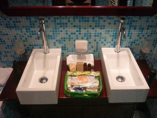 Hotel Nautica: two sinks