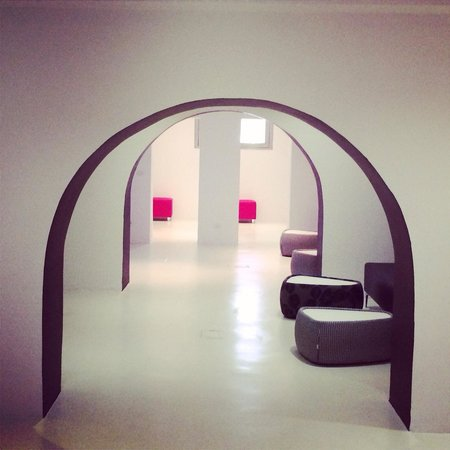 Rome Life Hotel: Corridors and chill out area