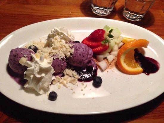 Restaurant Puk: Gelato al mirtillo fatto in casa con cioccolato bianco,panna e frutta fresca