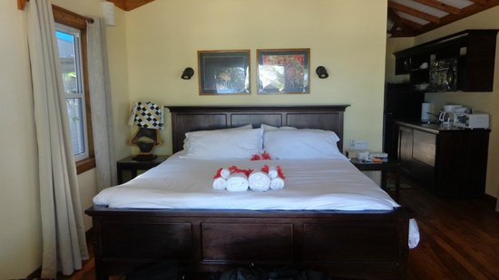 Maya Beach Hotel: King bed-very comfy!