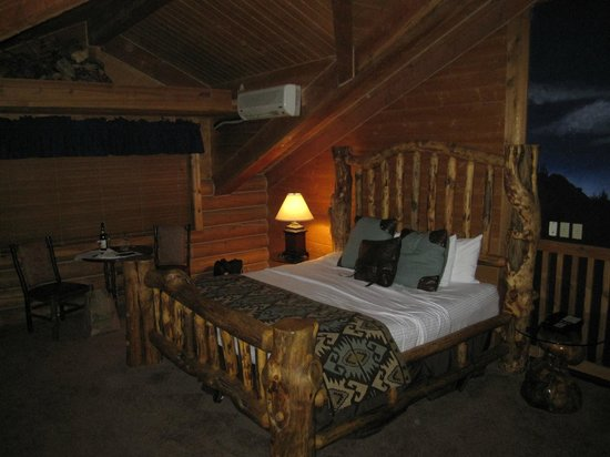 Alaskan Inn: Large king size bed.