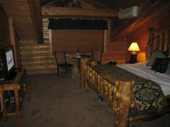 Alaskan Inn: View of the room as you walk in