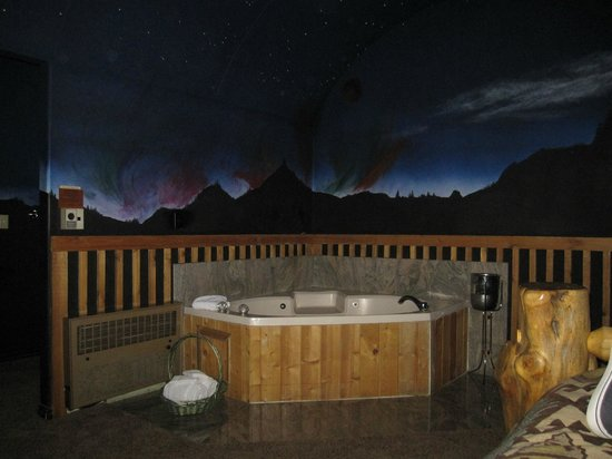 Alaskan Inn: Picture of the jetted tub and the cool painting on the wall behind