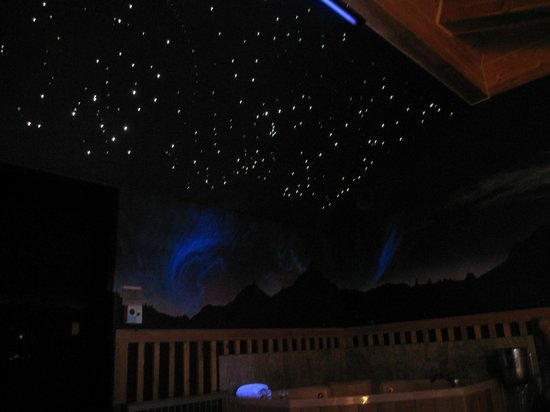 Alaskan Inn: The cool star show with the lights off