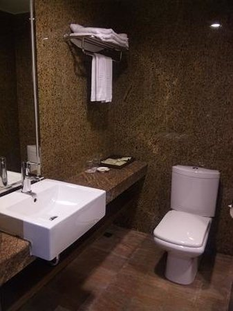 Byeyer Hotel: バスルームは広くて使いやすい