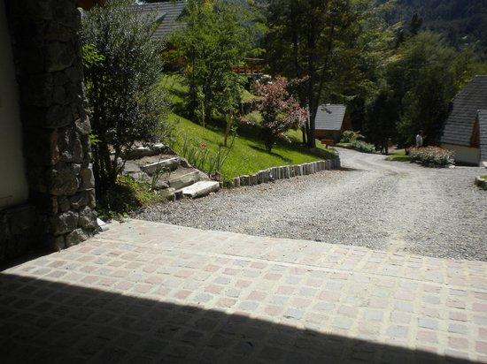 Aldea de los Andes : camino que hay que subir desde la entrada del complejo para llegar a la cabaña