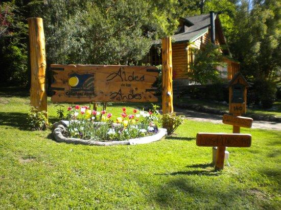 Aldea de los Andes : cartel a la entrada con unos bellos tulipanes