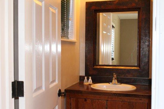 Vineyard Valley Inn: Bathroom