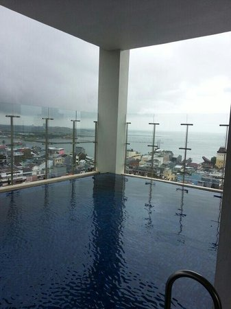 Aston Makassar Hotel & Convention Center : Pool with a view on the 15th