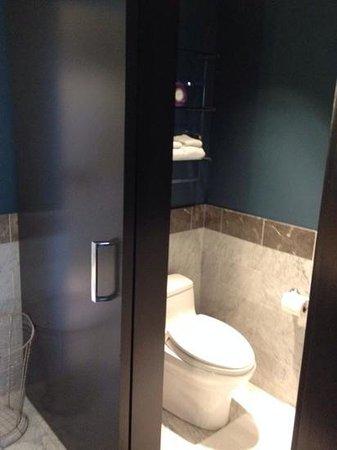 Kimpton Nine Zero Hotel: water closet