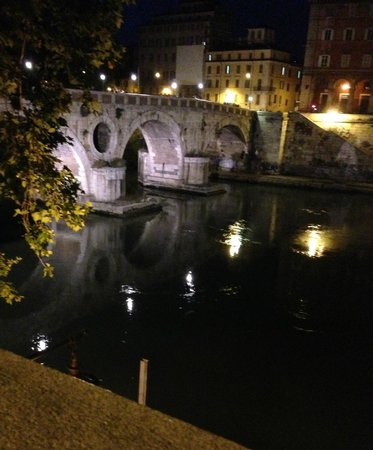 Gran Melia Rome: Bridge over Tiber River-15 minute walk from hotel