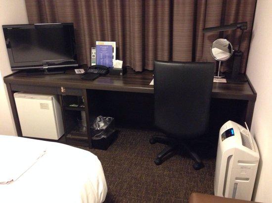Daiwa Roynet Hotel Yokohama Koen : 客室内はちょうどよい広さでした。加湿空気清浄機があります。