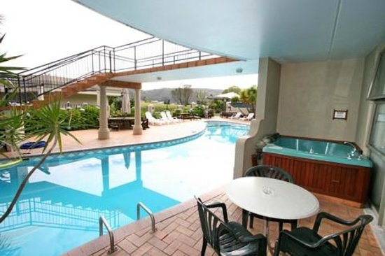 Breakers Motel: 2 units are located right on the edge of the large swimming pool.