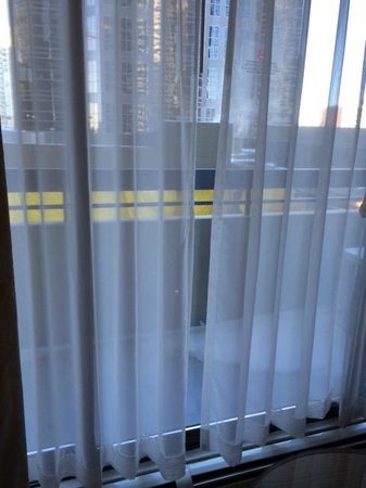 International Hotel and Spa Calgary: Balcony doors that won't close/lock